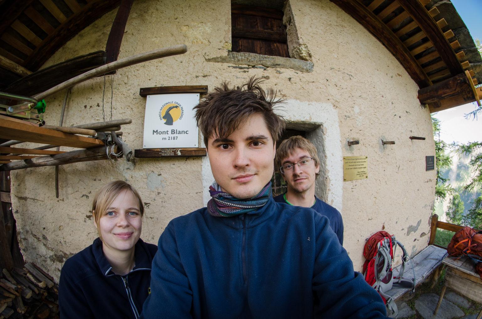 Osoby pod chatką pod Mont Blanc