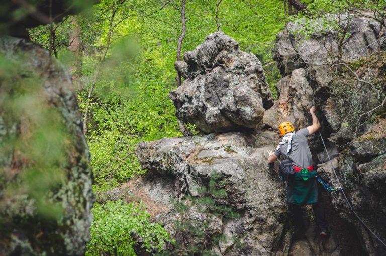 Mężczyzna wspina się po skałach - Ferrata Nonnensteig