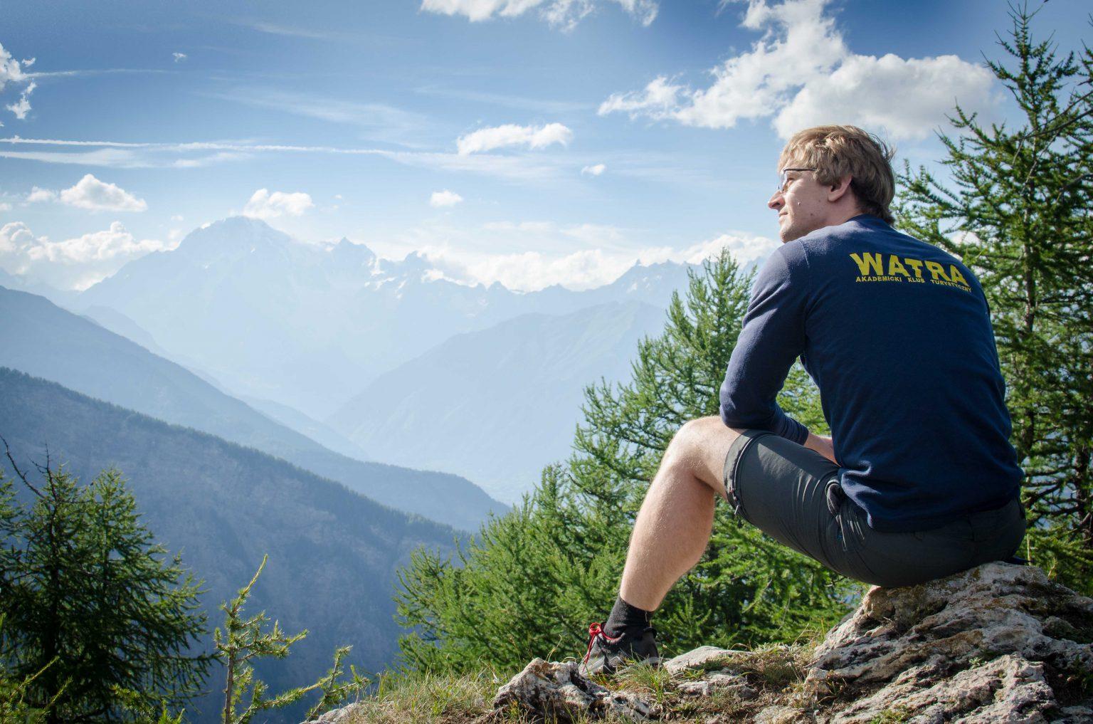 Mężczyzna siedzi, widok na Mont Blanc