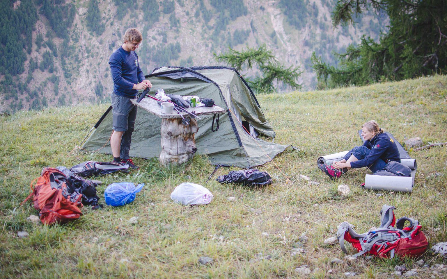 Kobieta i mężczyzna przy namiocie na polanie