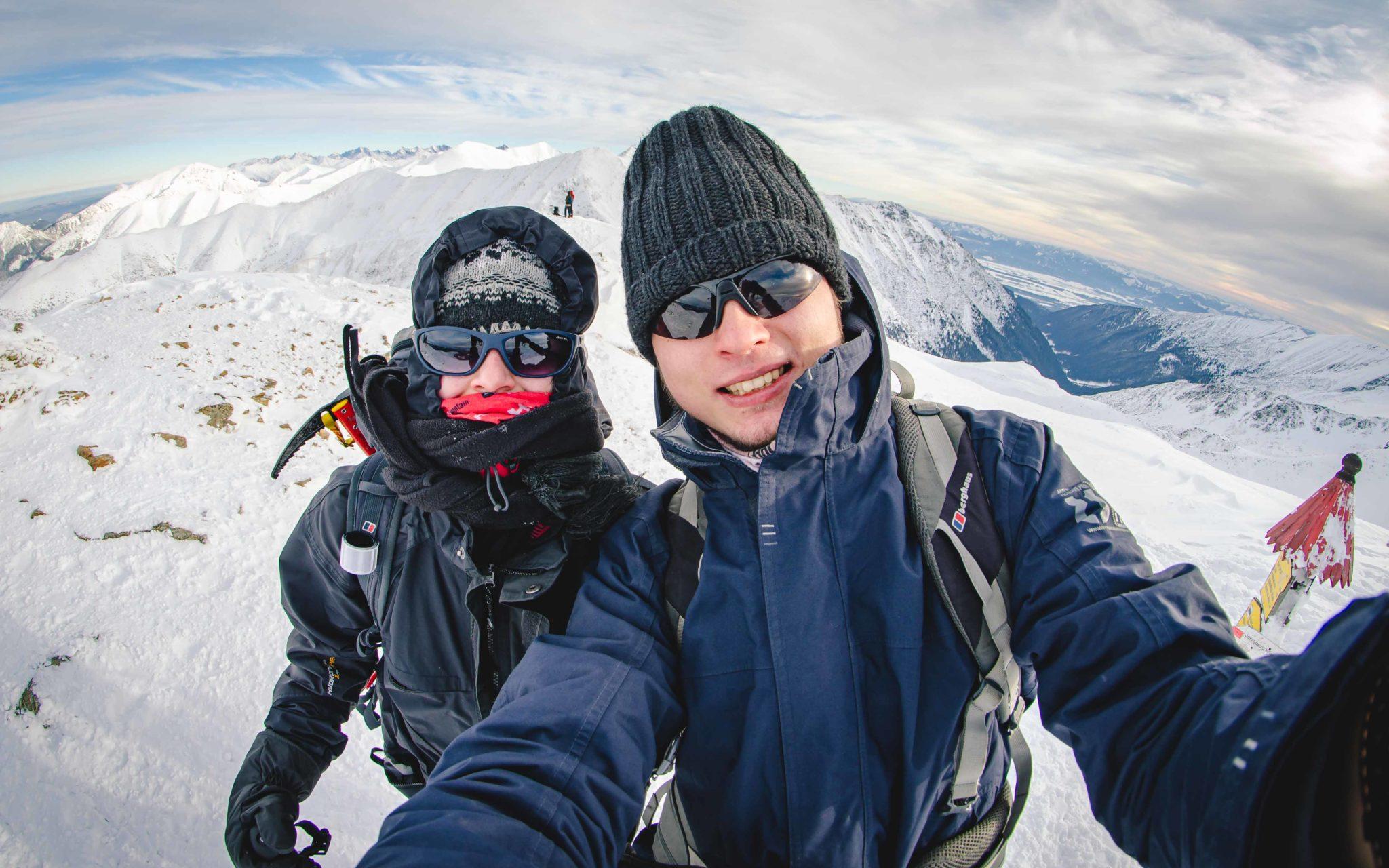 Kobieta i mężczyzna stoją na szczycie