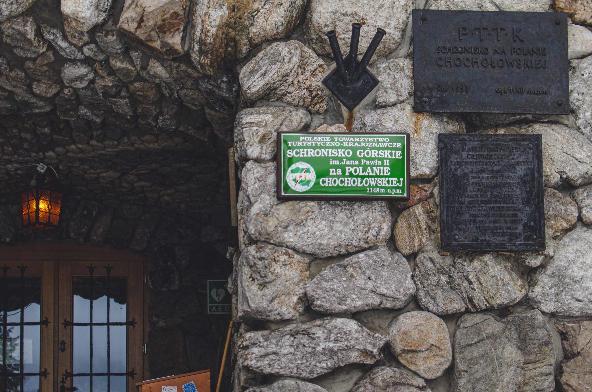 Fragment budynku schroniska w Dolinie Chochołowskiej