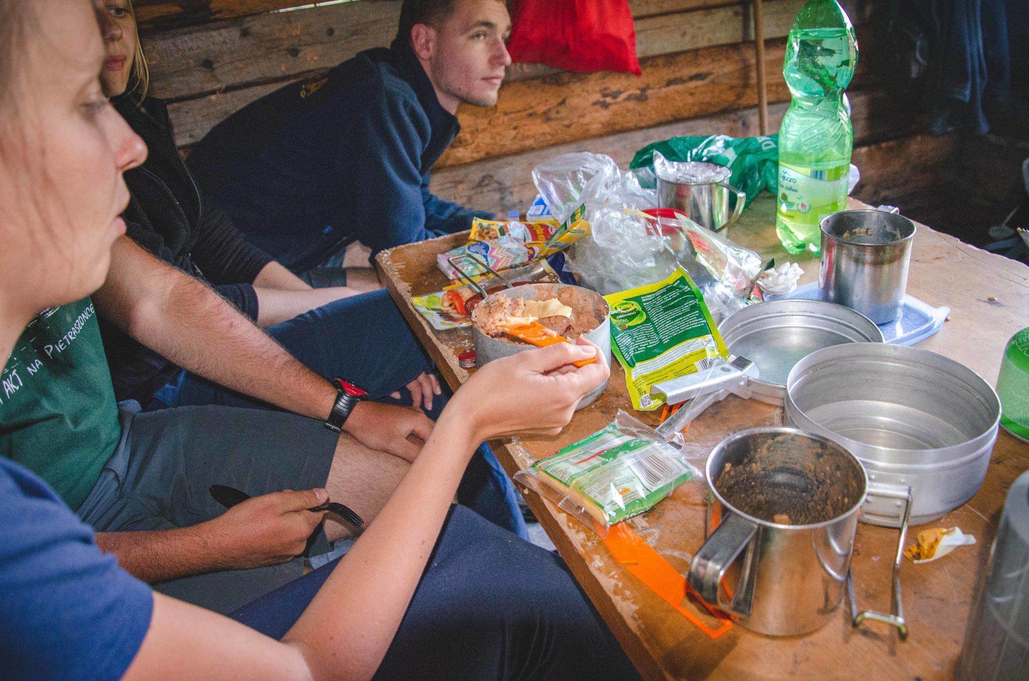 Jedzenie przygotowywane przez osoby w górach