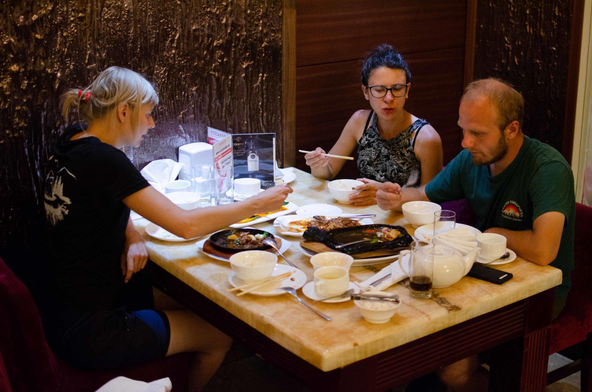 Trzy osoby w restauracji.