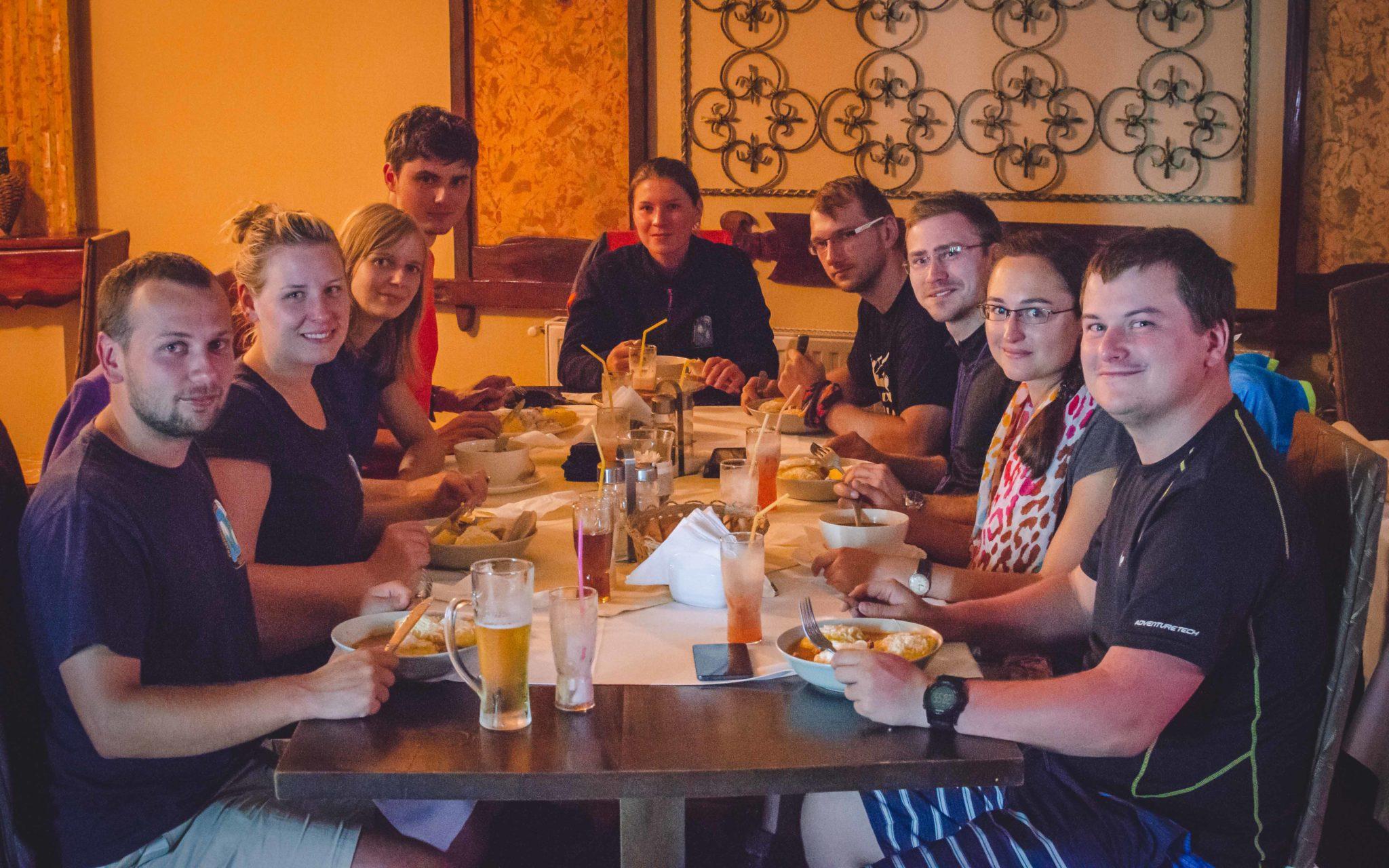 Grupa osób w restauracji.