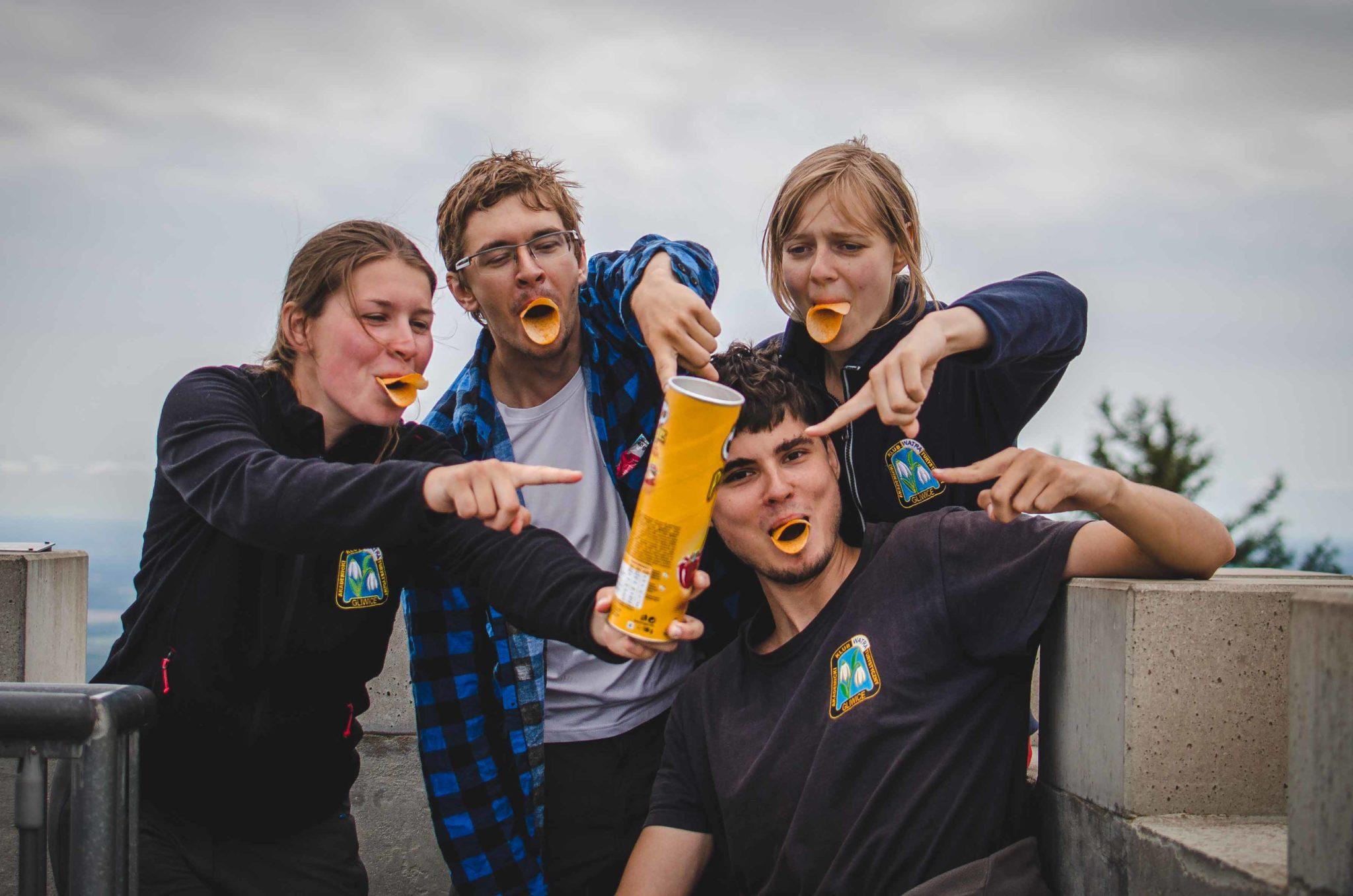 Cztery osoby z Pringlesami