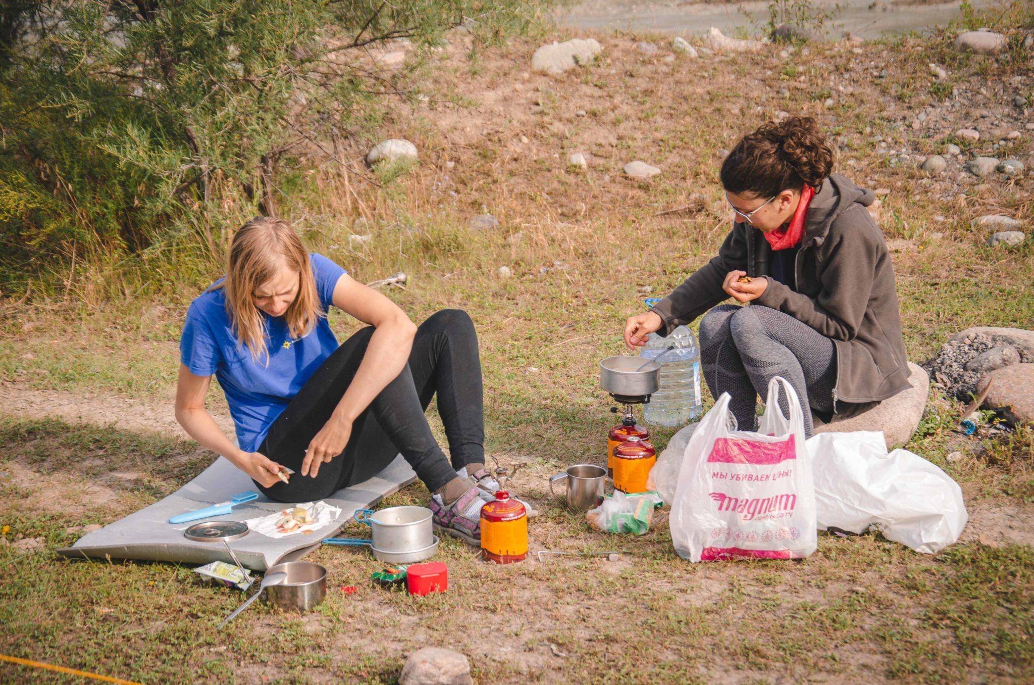 Przygotowanie posiłku w terenie.