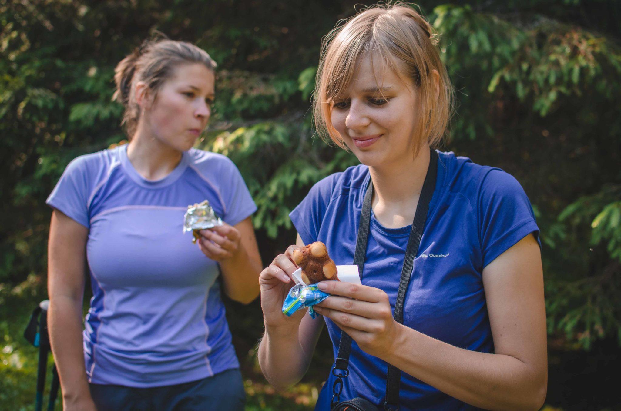 Dwie kobiety jedzą batoniki