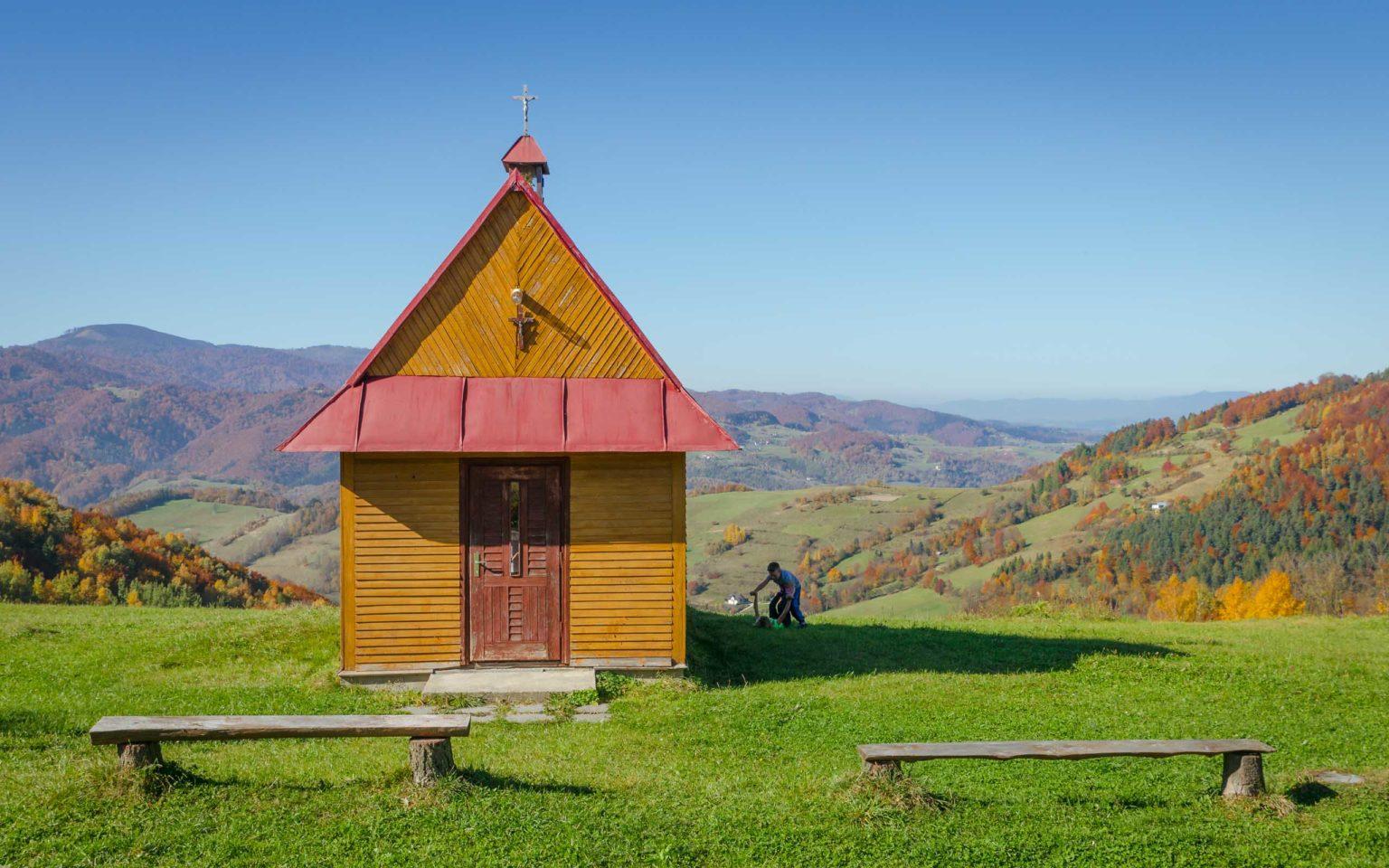 Kaplica na polanie, dzieci bawią się obok budynku - Beskid Sądecki