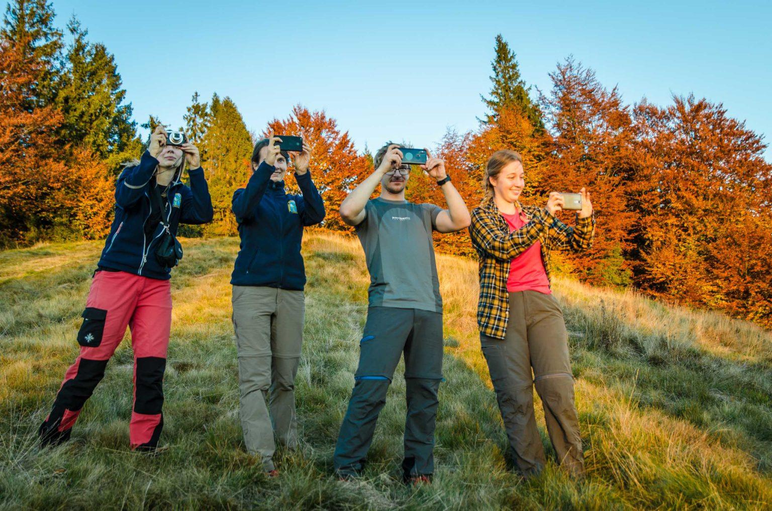 Cztery osoby robią zdjęcia na Hali Skotarka