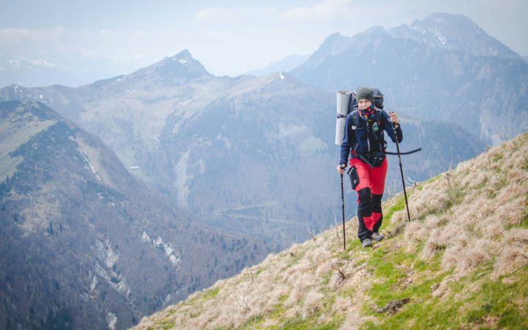 Kobieta idzie szlakiem na Golicę - Karawanki