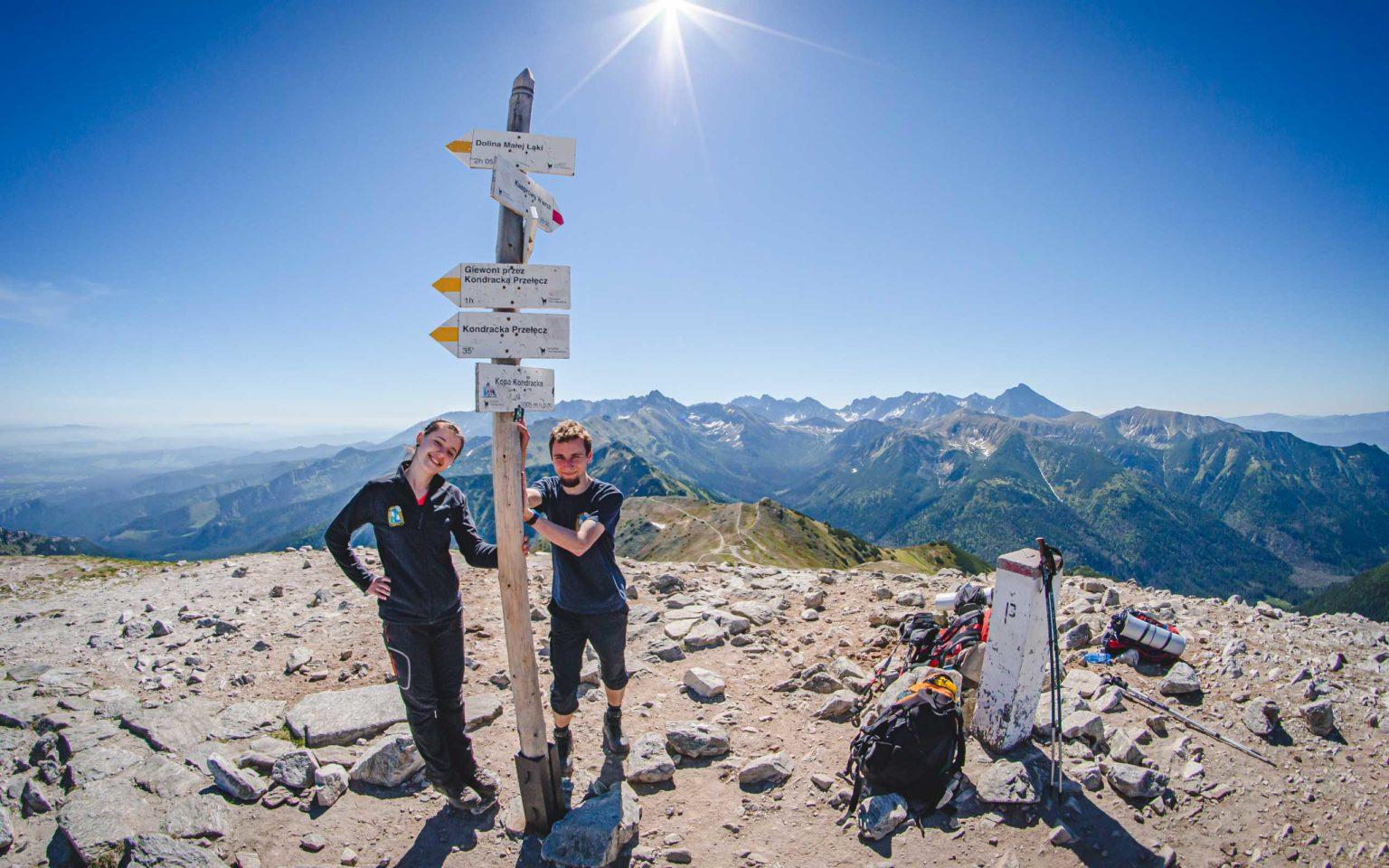 Kobieta i Mężczyzna stoją na szczycie Kopy Kondrackiej