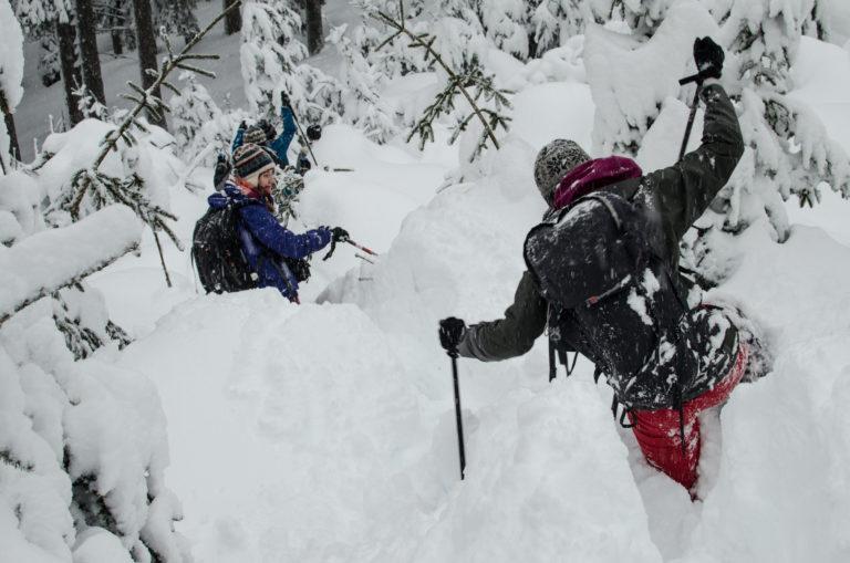 Dwie kobiety idą po zaśnieżonym szlaku