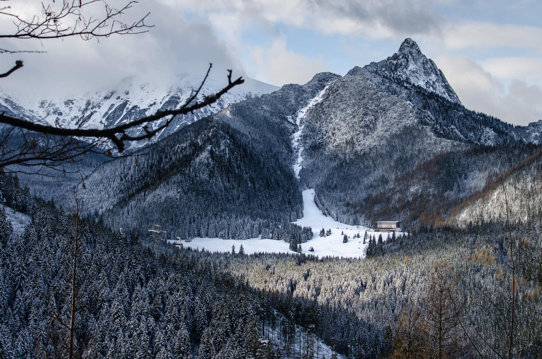 Schronisko na polanie stoi pod zboczem góry