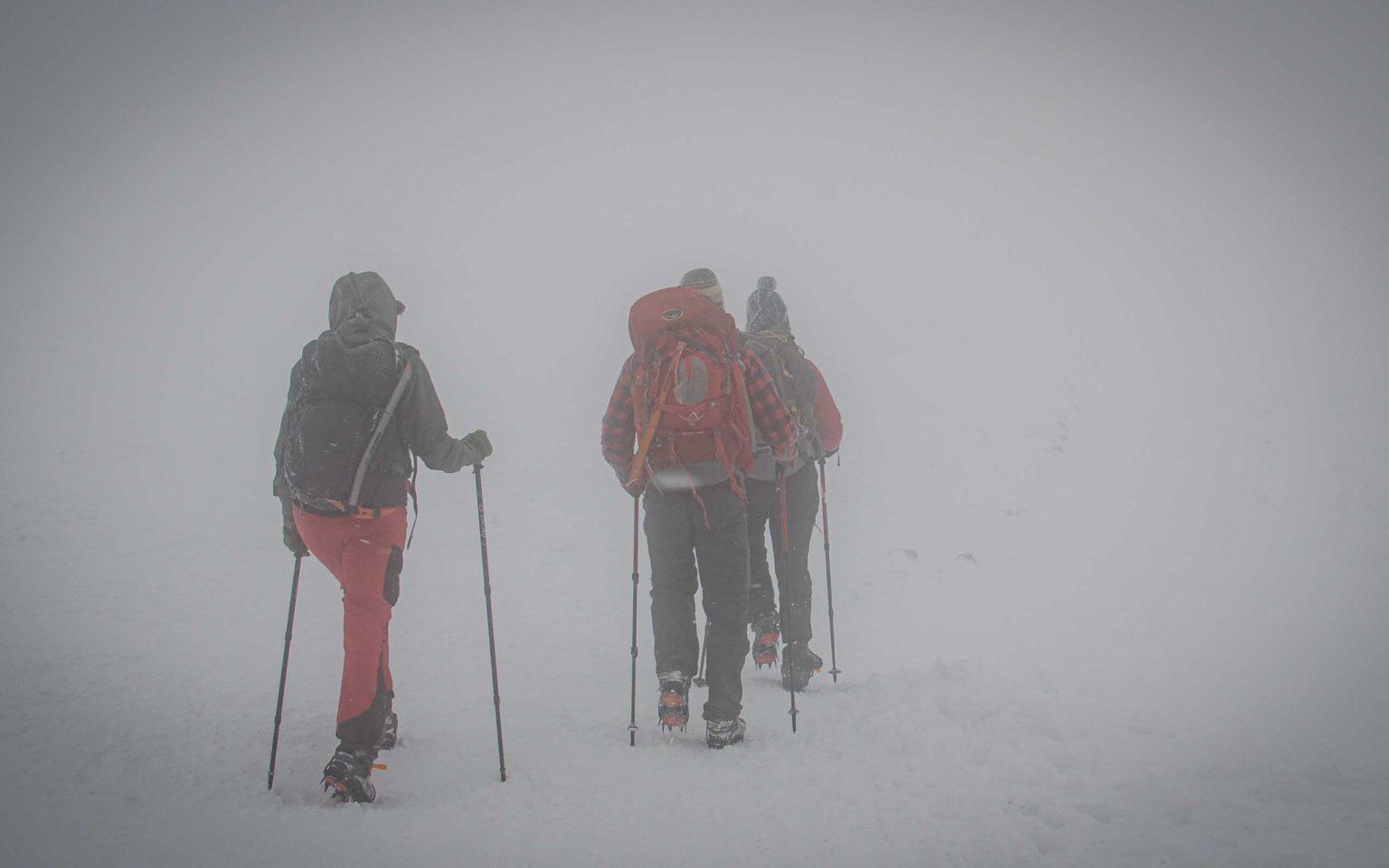 Grupa osób w górach podczas mgły
