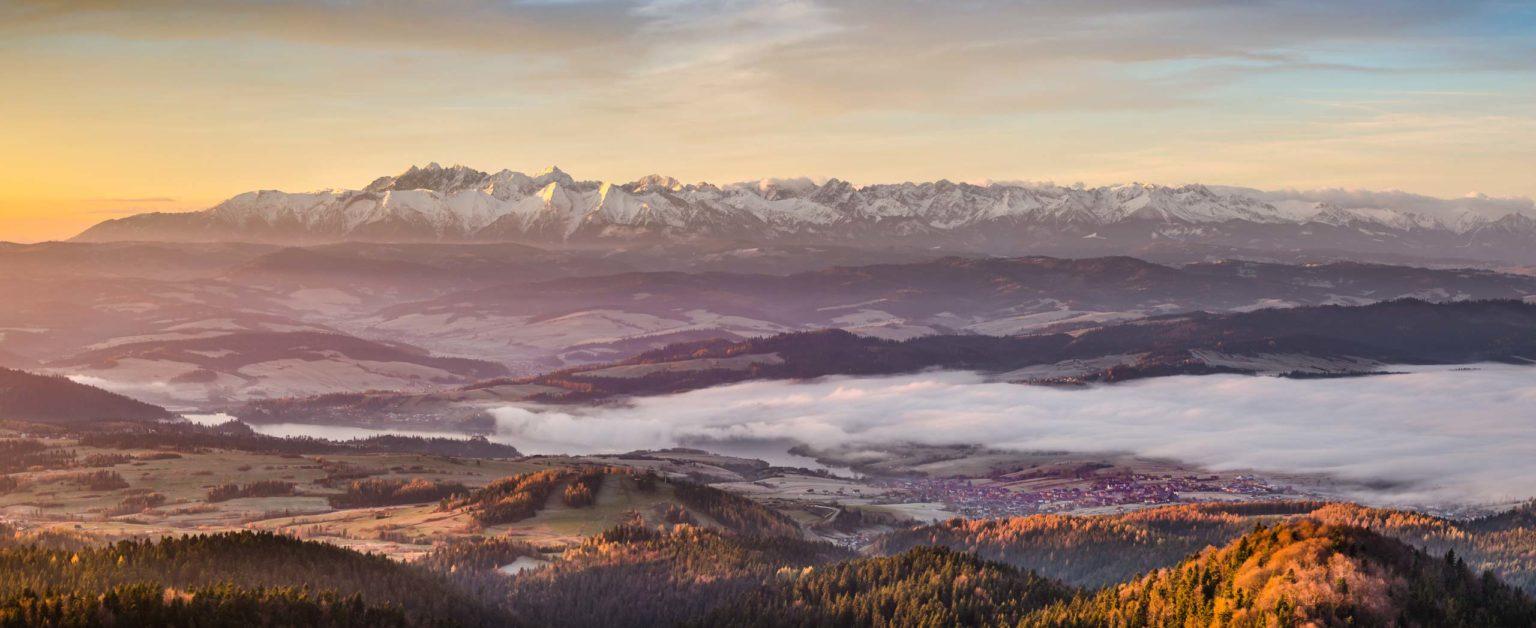 Tatry o poranku i morze mgieł pod nimi