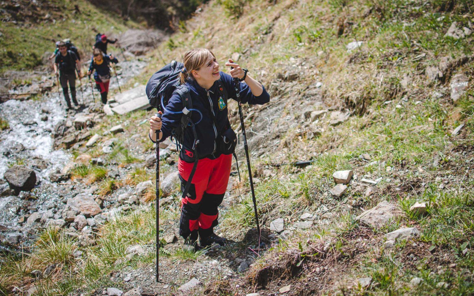 Kobieta na szlaku w górach