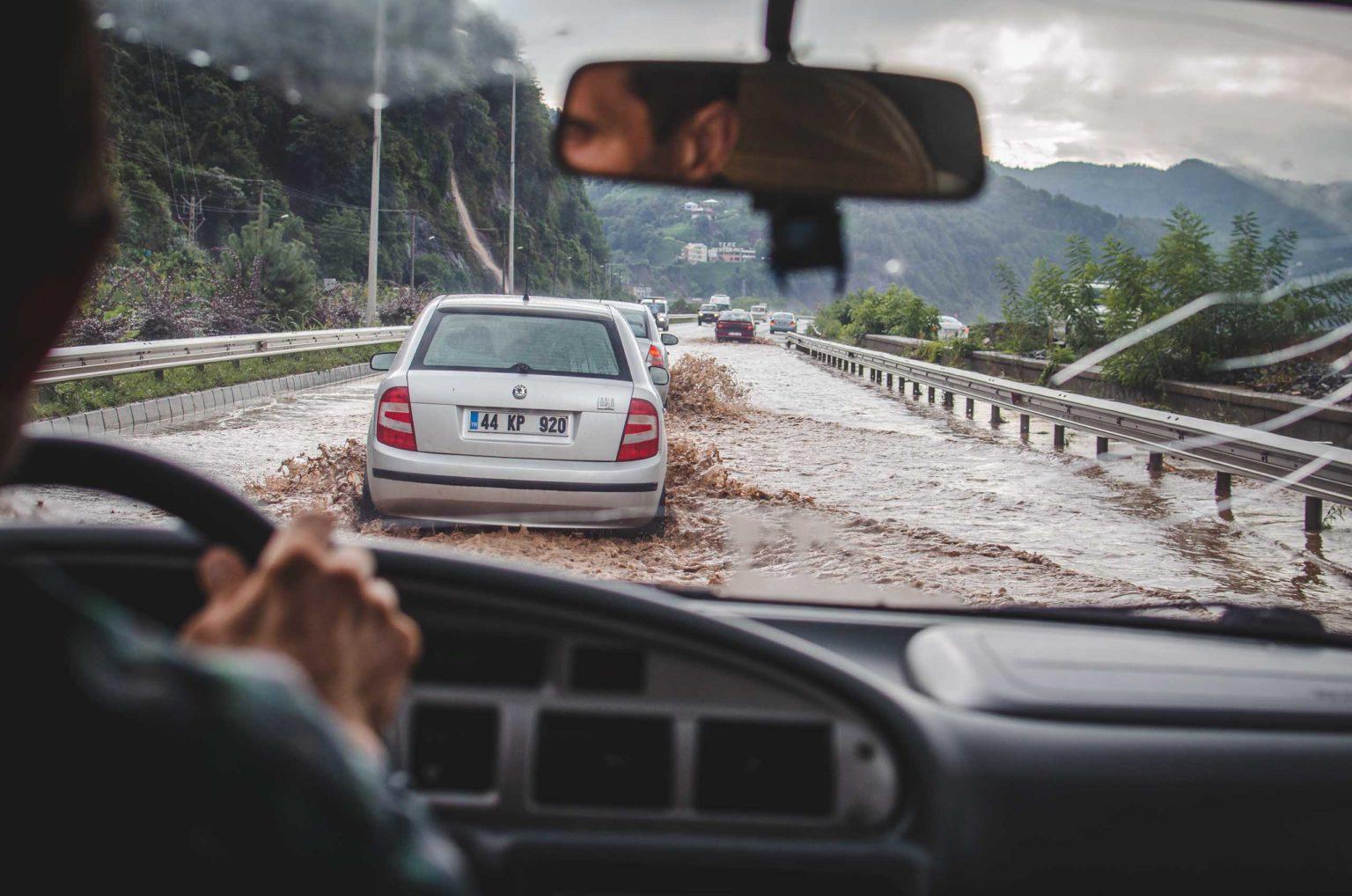 Auto jedzie przez ogromne kałuże wody