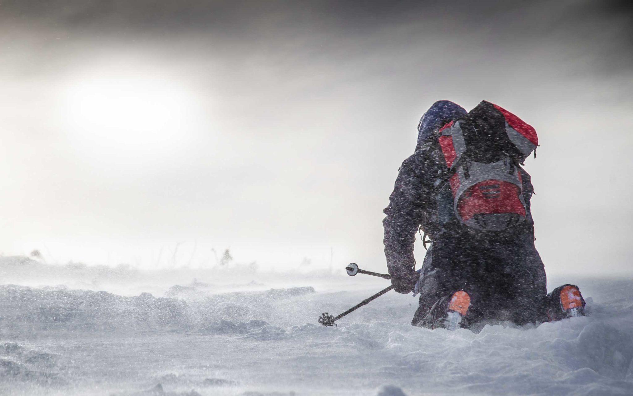 Mężczyzna na kolanach w śnieżycy