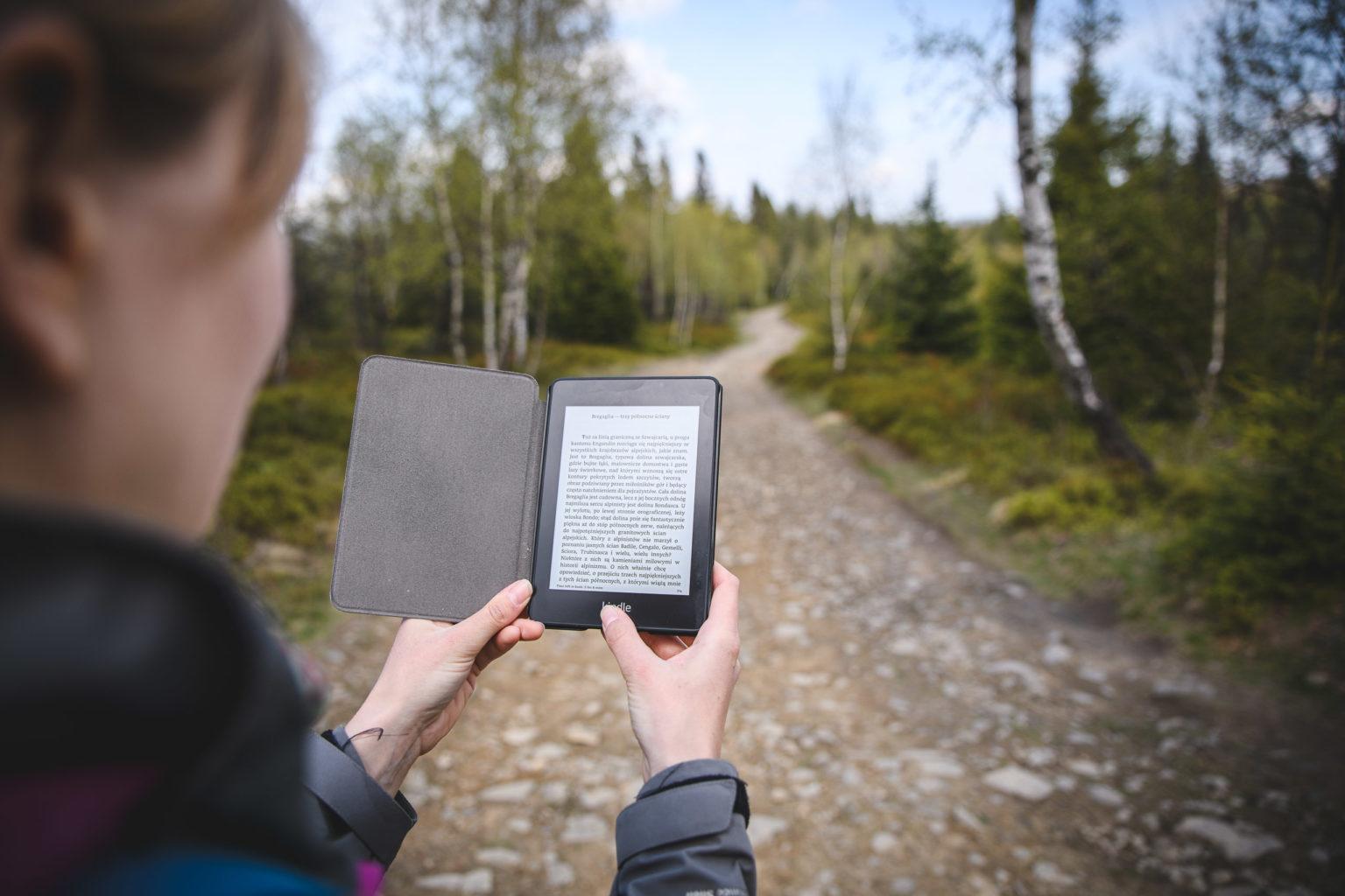 Kobieta trzyma ebooka - literatura górska