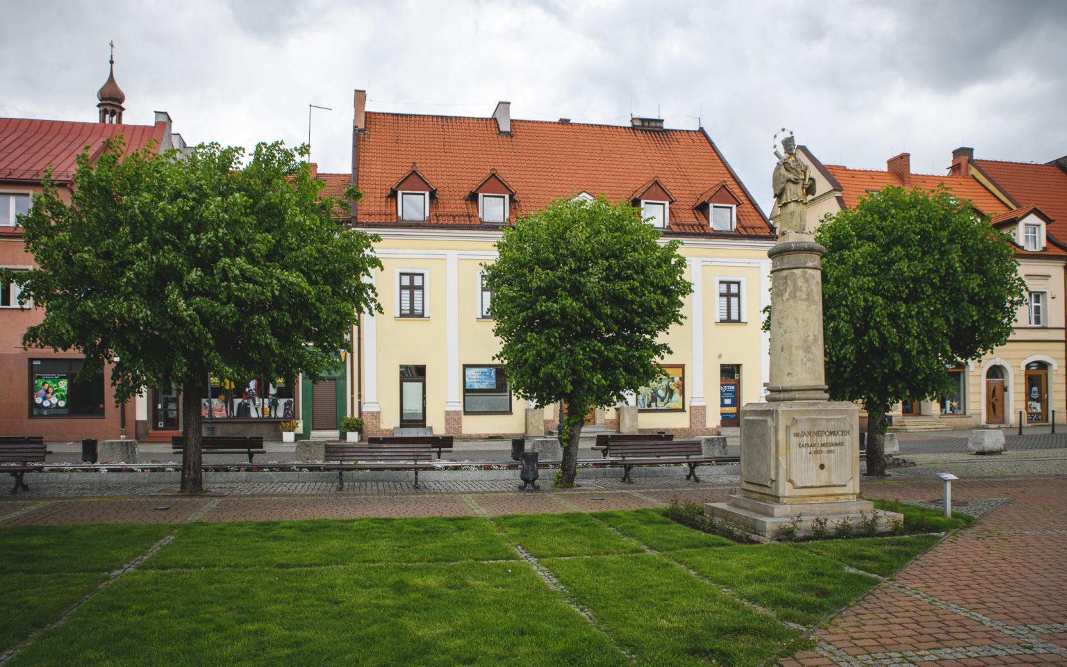 Żorski rynek z pomnikiem św. Jana Nepomucena