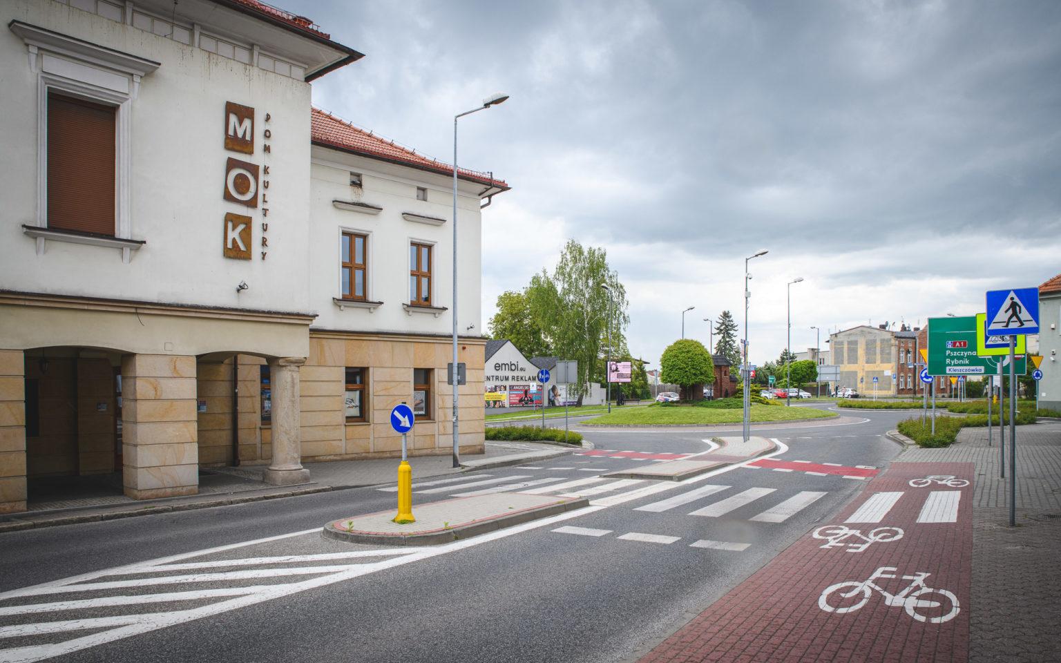 Budynek MOK-u i rondo z Bramą Krakowską