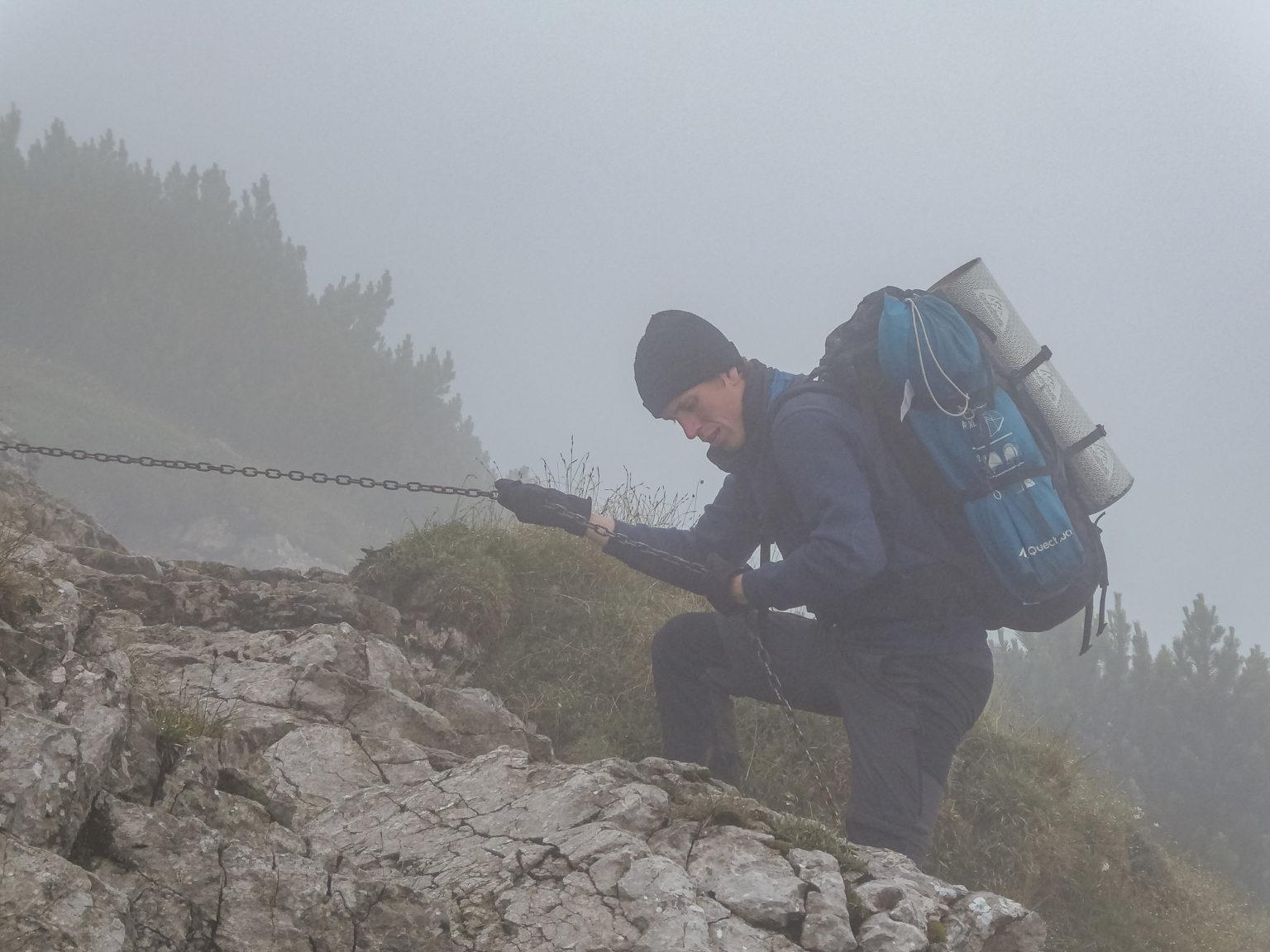 Turysta schodzi po skale z Siwego Wierchu na szlaku na Salatyn