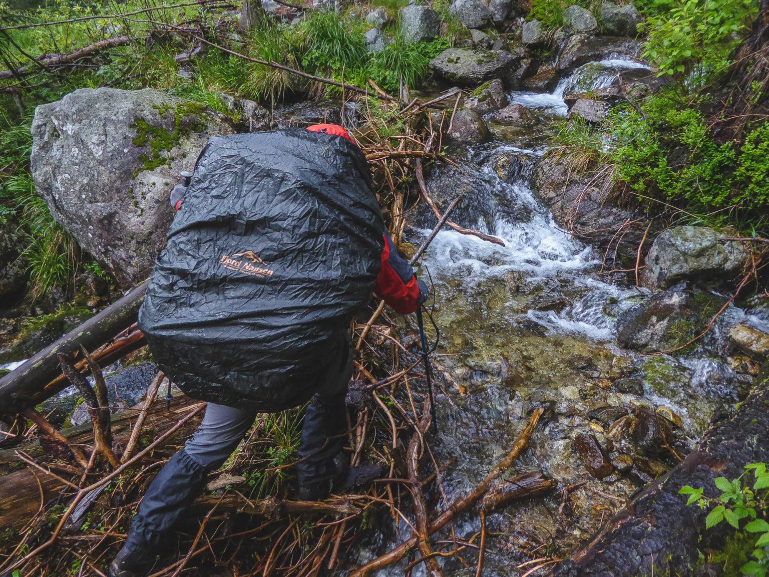 Monia przekracza potok górski