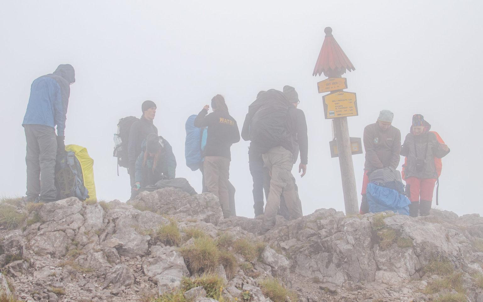 Turyści na Siwym Wierchu we mgle