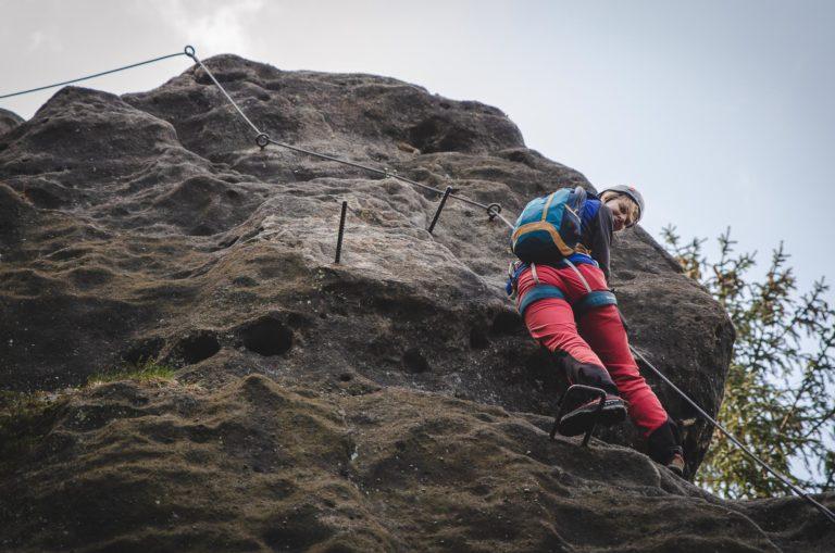 Kobieta na ferracie Alpiner Grat