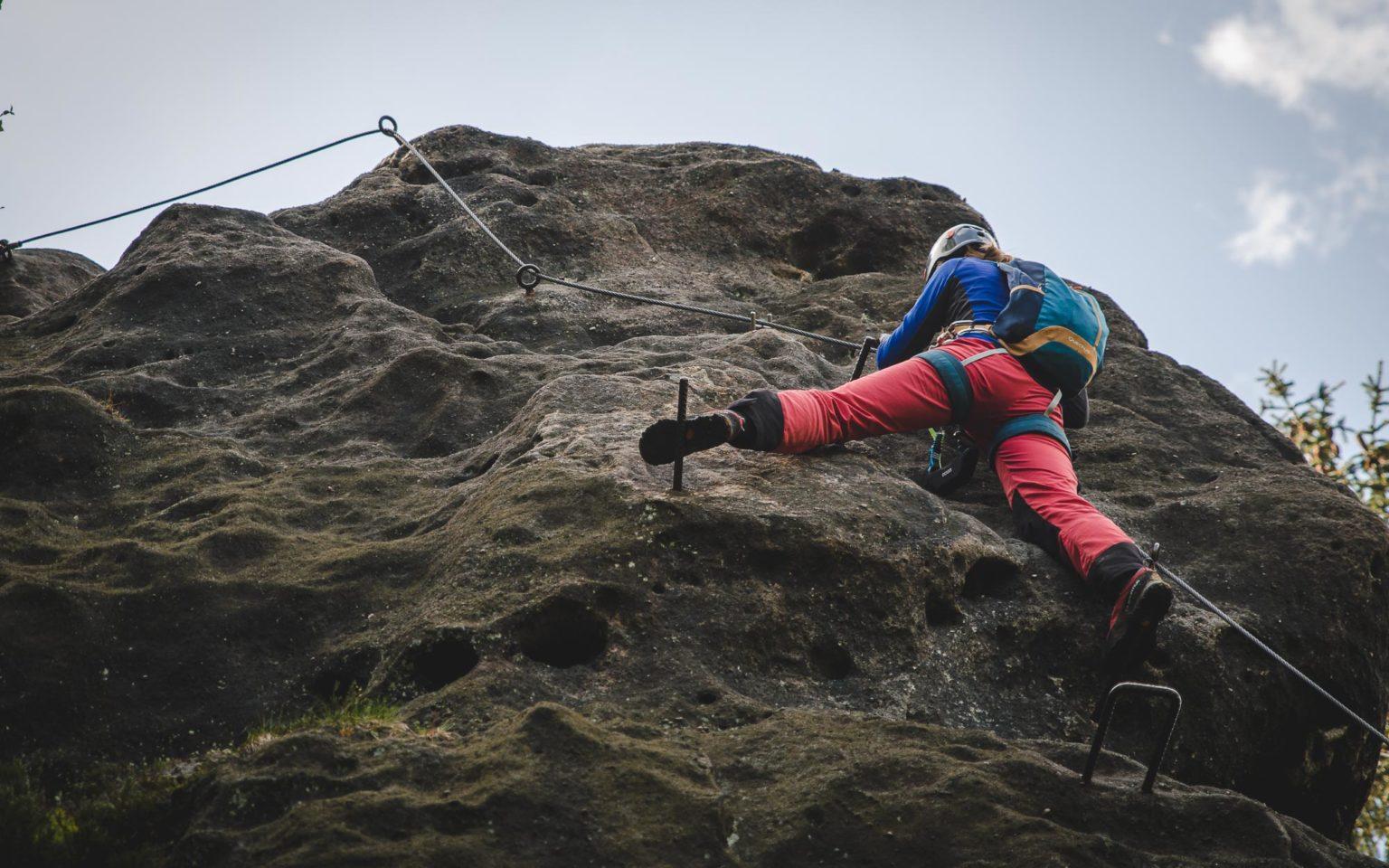 Kobieta stoi na ferracie Alpiner Grat