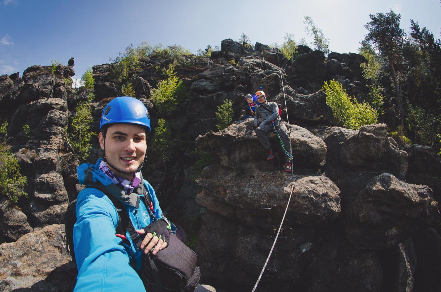 Trzy osoby robią sobie selfie na ferracie Alpiner Grat