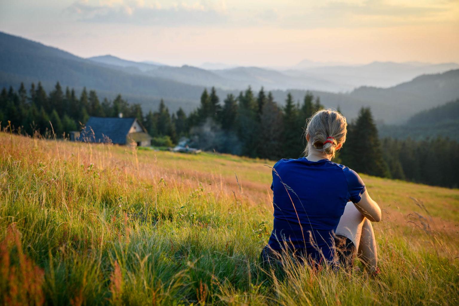 Kobieta patrząca na krajobraz