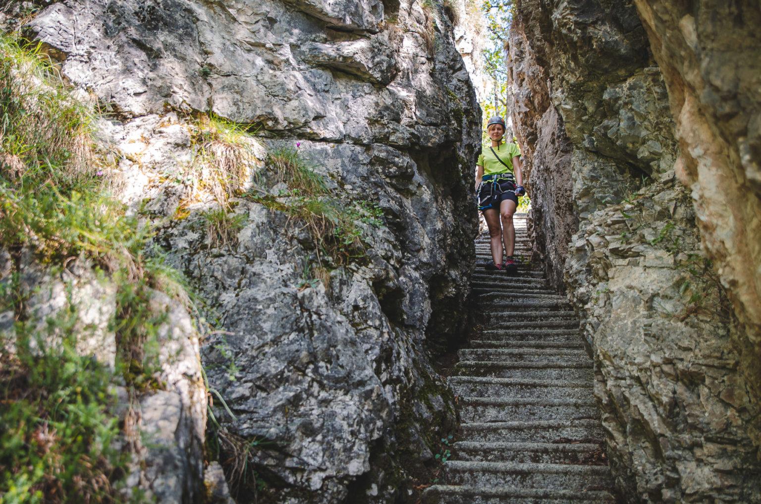 Kobieta na kamiennych schodach