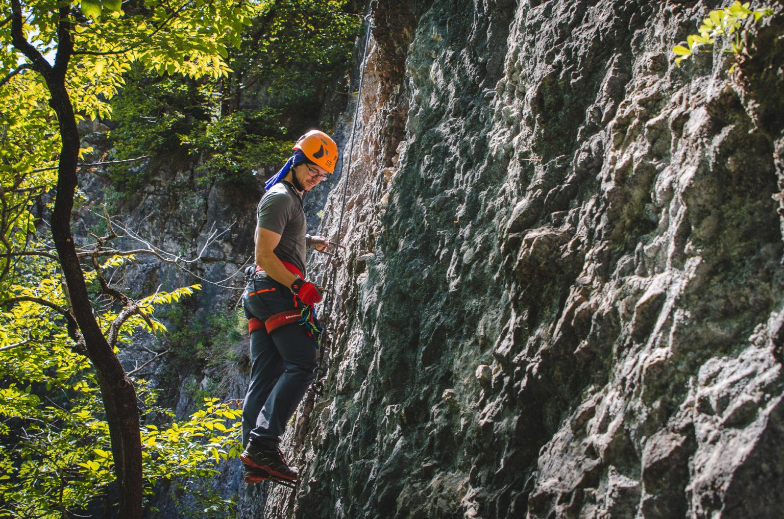 Turysta podchodzi pionowo do góry - ferrata Artpinistico
