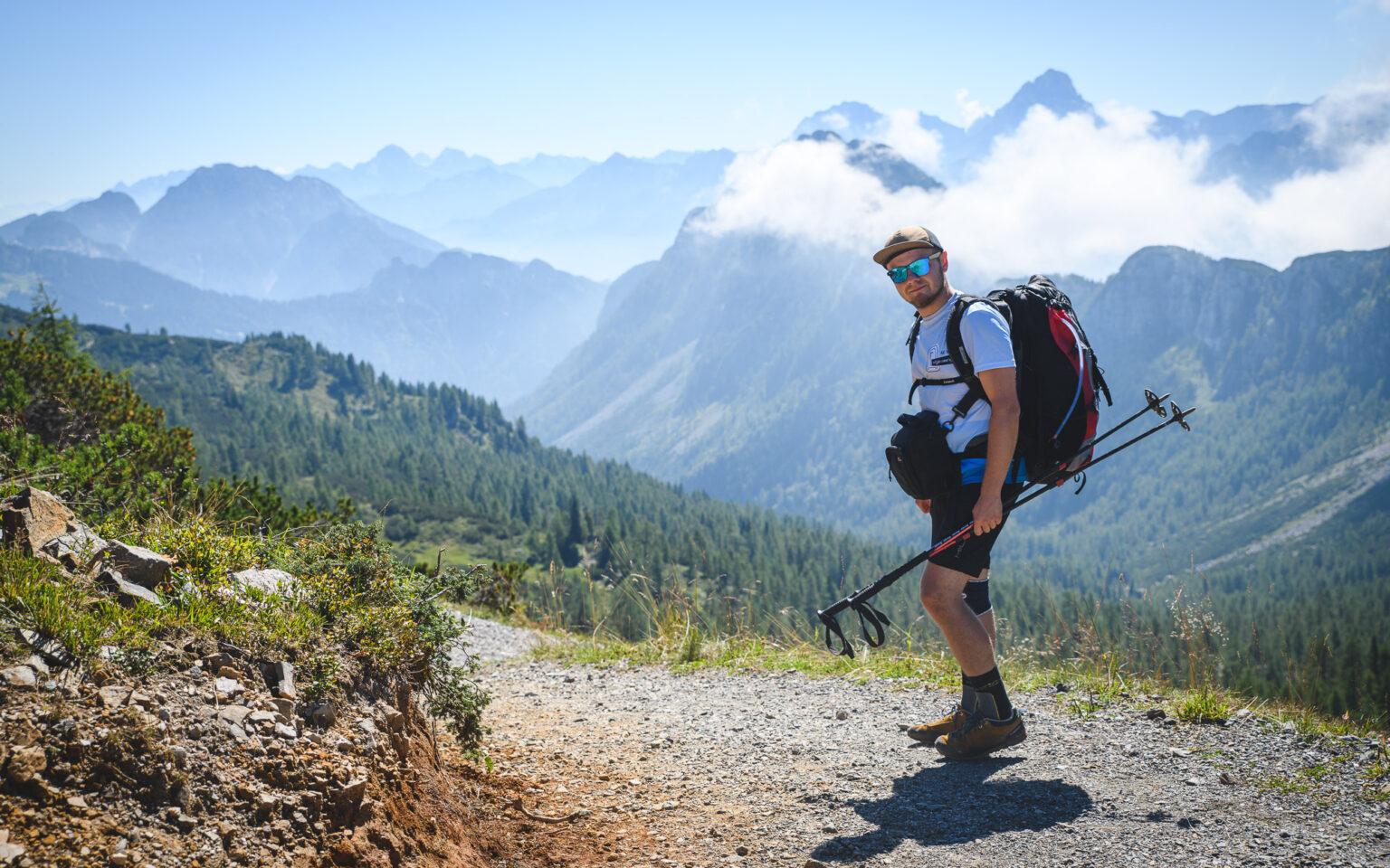 Turysta na szlaku w stronę Monte Madrizze
