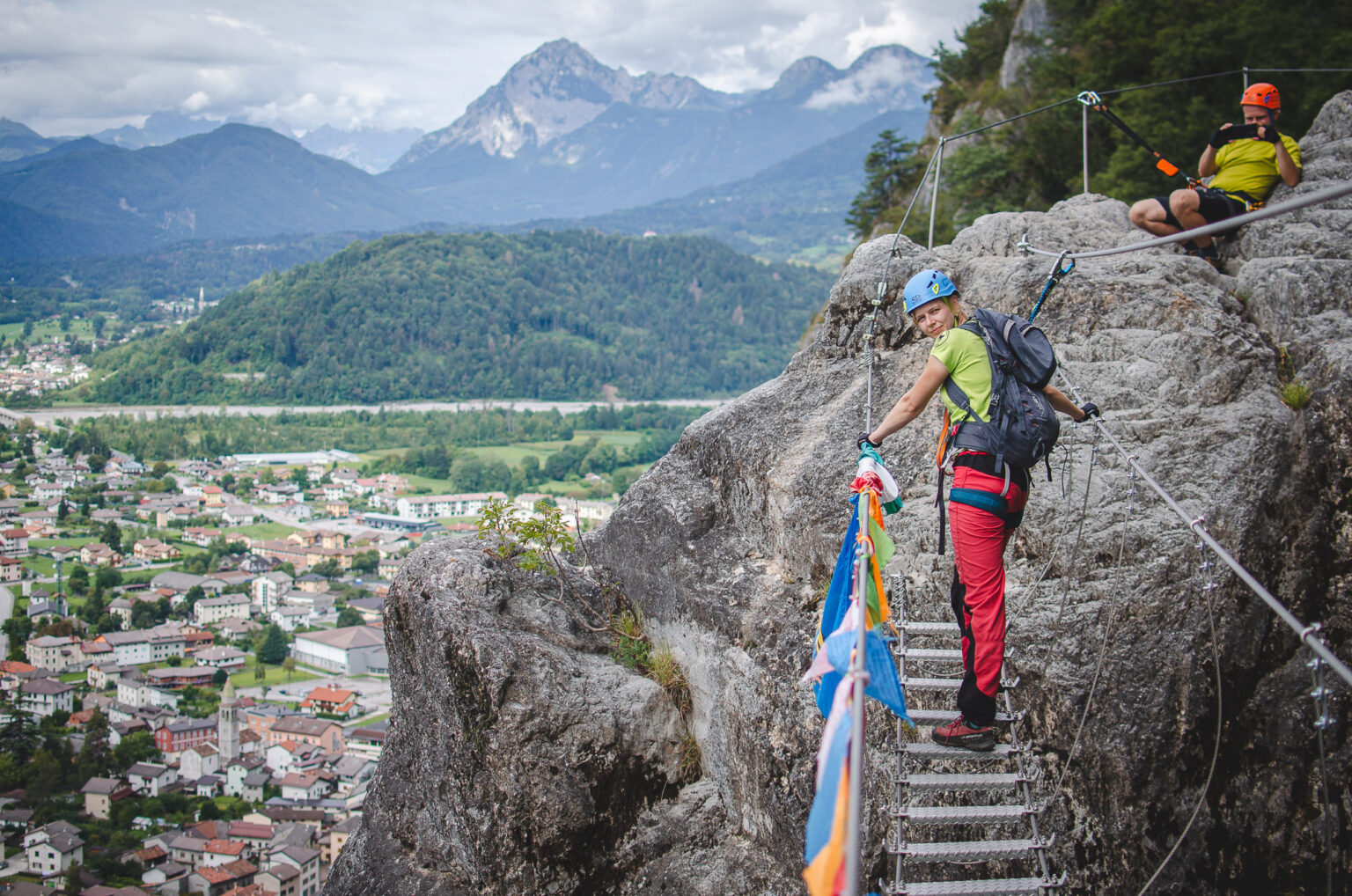 Mostek linowy z widokiem na południowe Alpy Karnickie