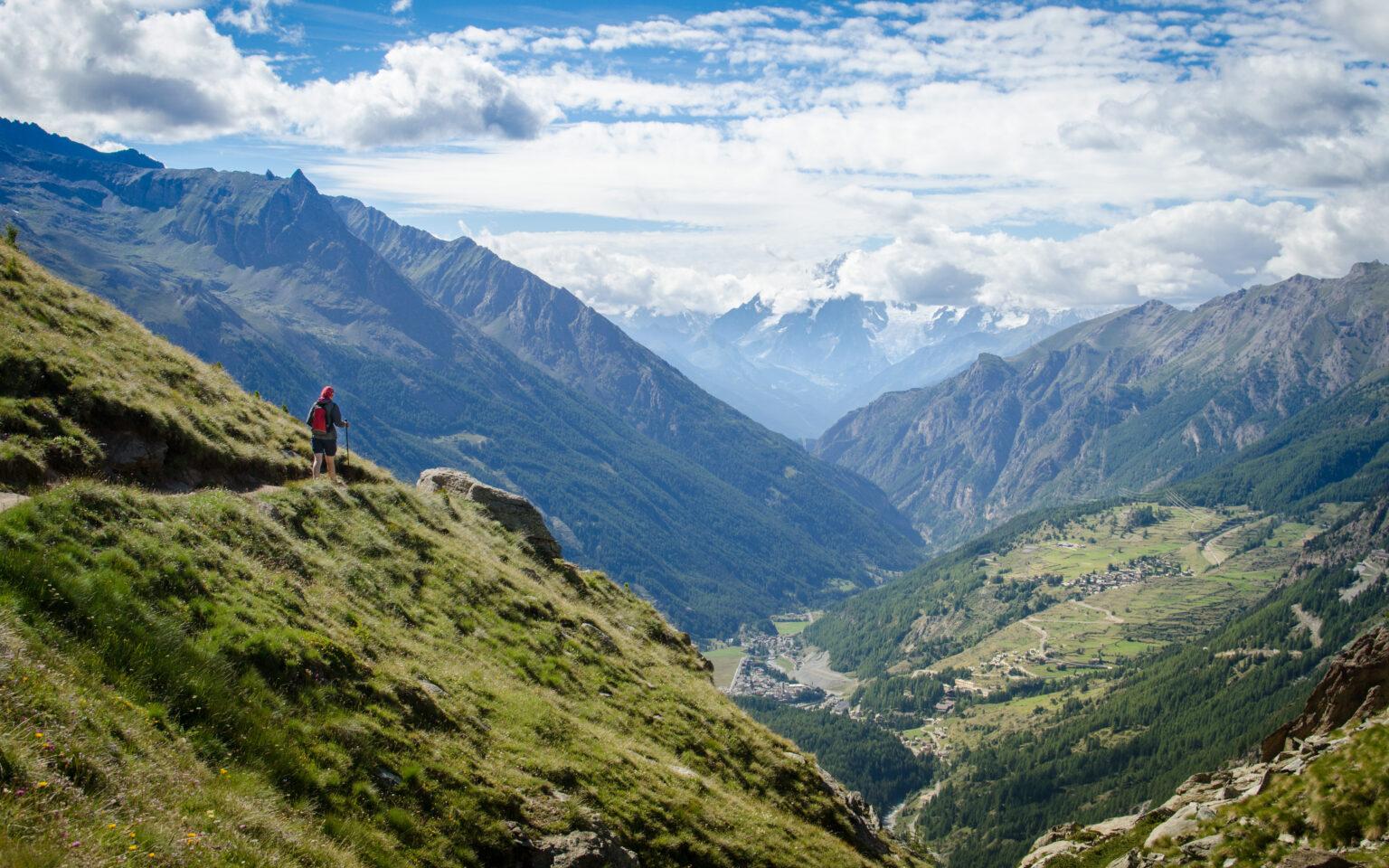 Turystka na szlaku we włoskich Alpach