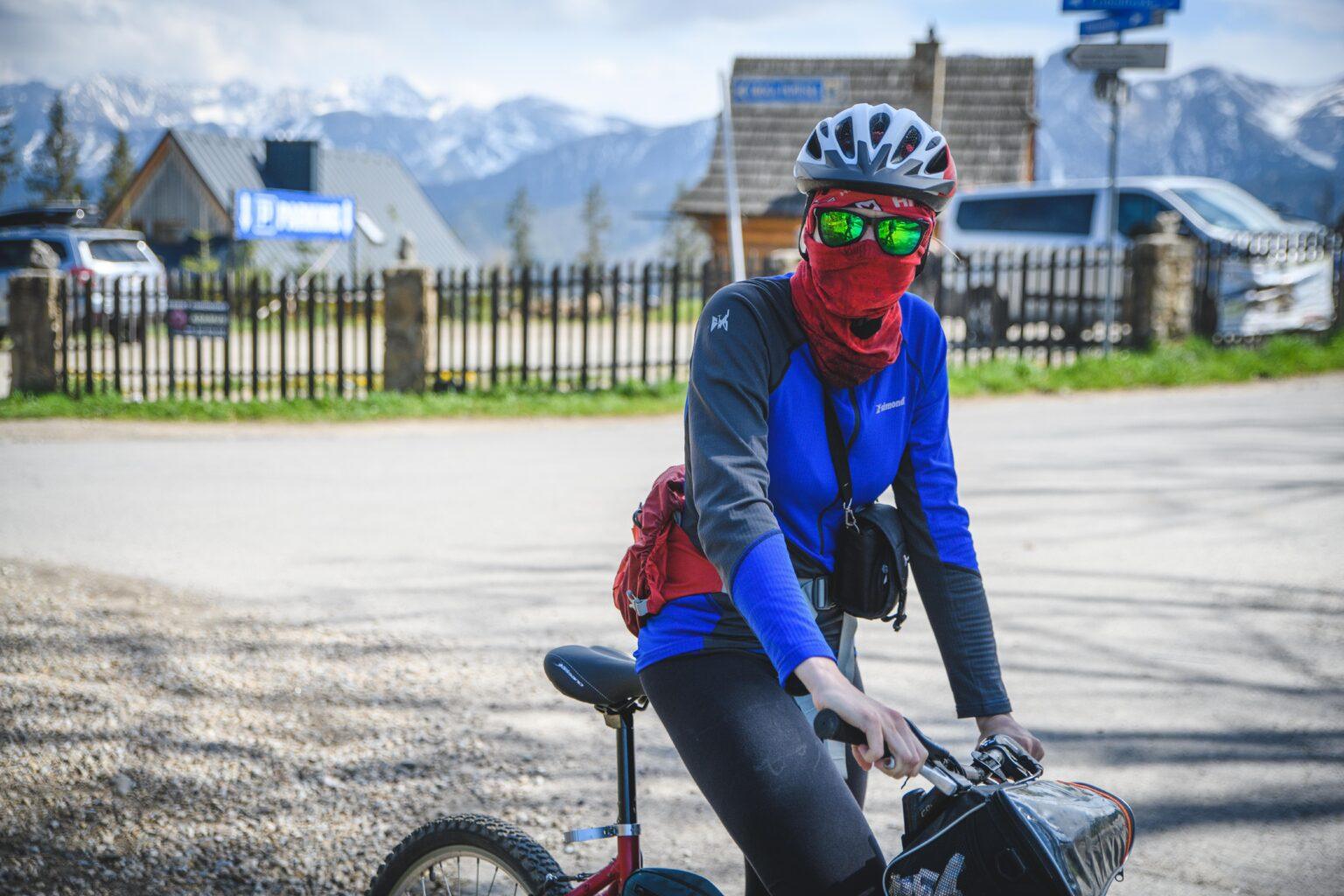 Ola przygotowuje się do zjazdy na rowerze