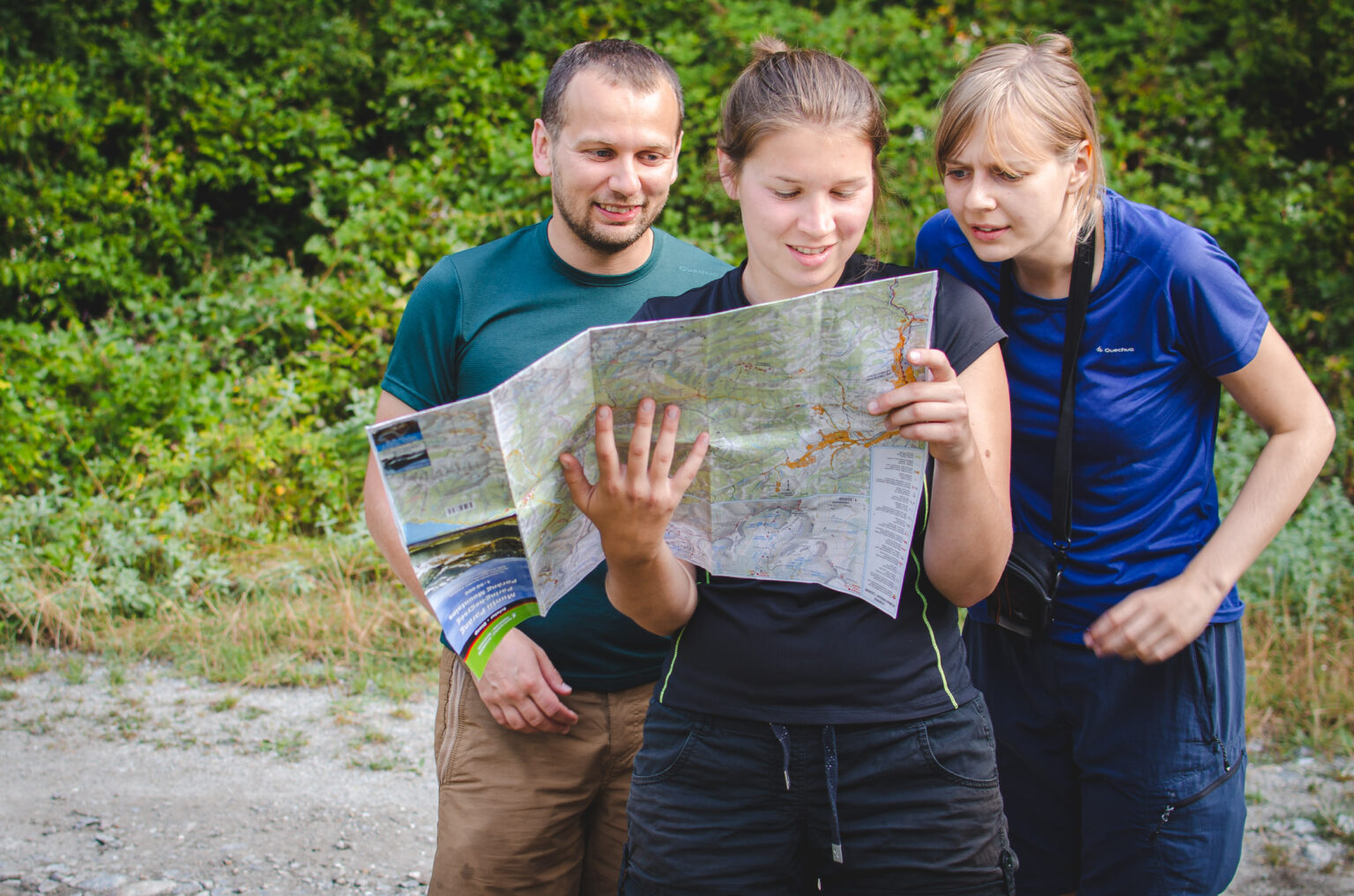 Turyści z mapą rumuńskich Karpat