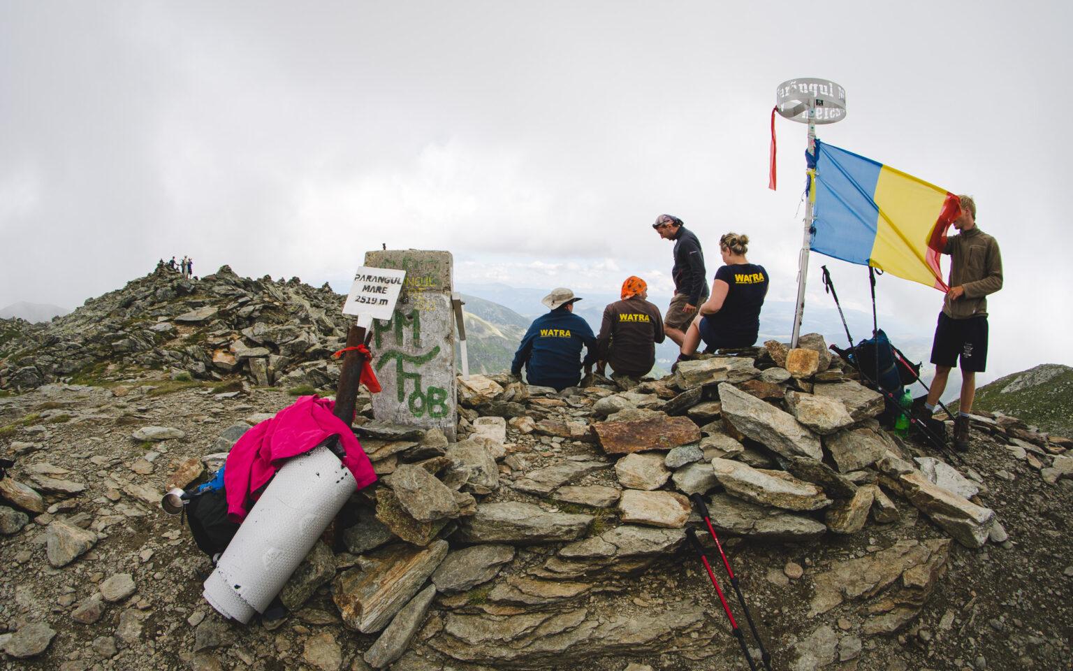Turyści na szczycie Parangul Mare