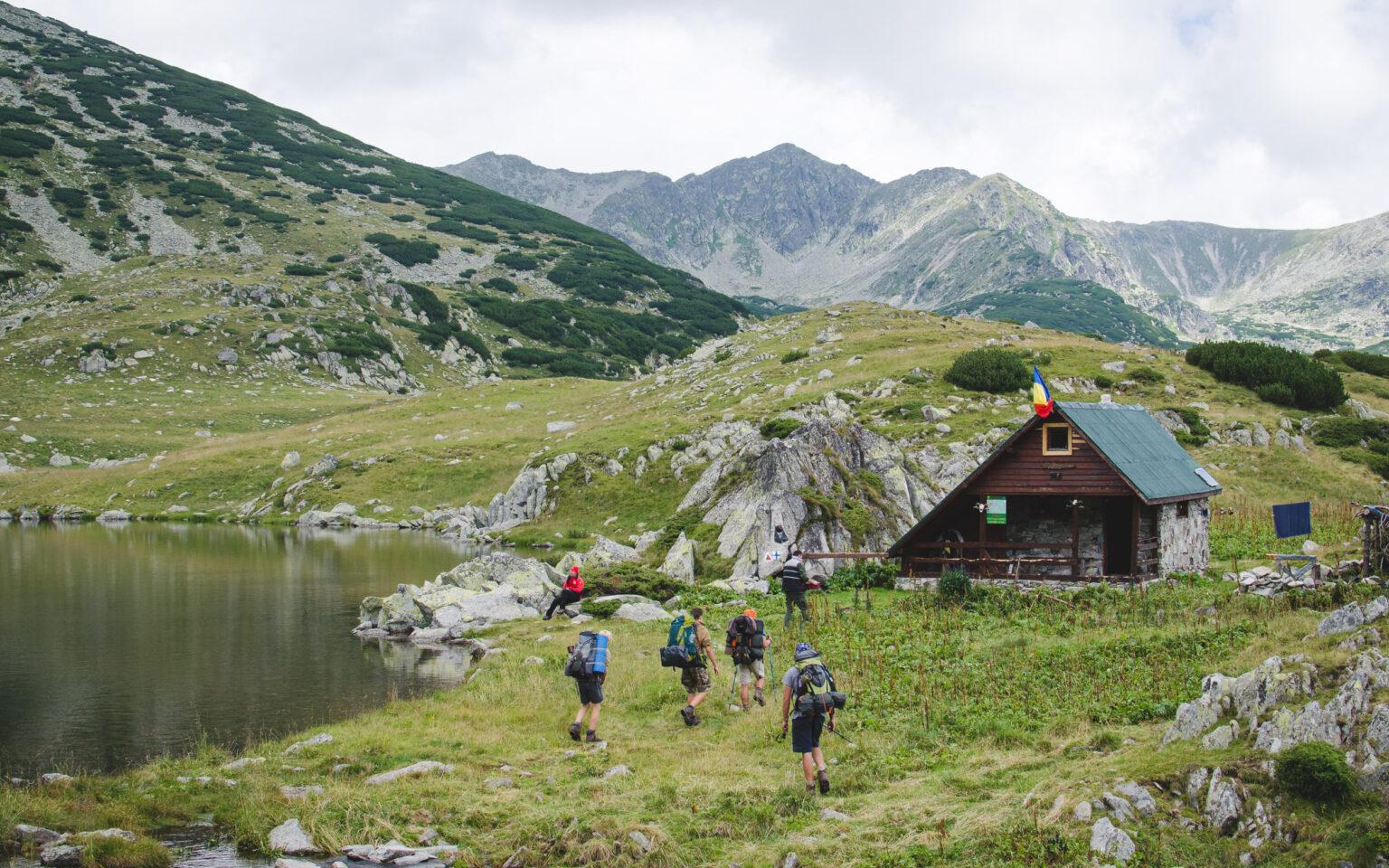 Turyści nad jeziorem Zanoaga w Rumunii
