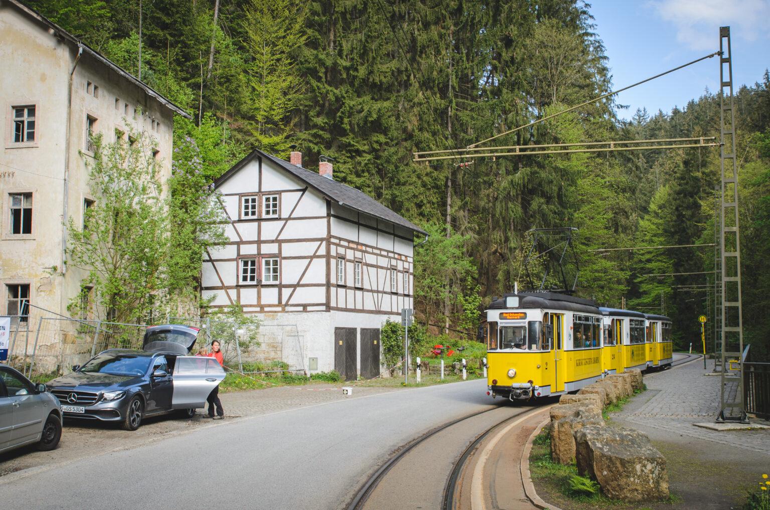 Żółty tramwaj w Badschandau