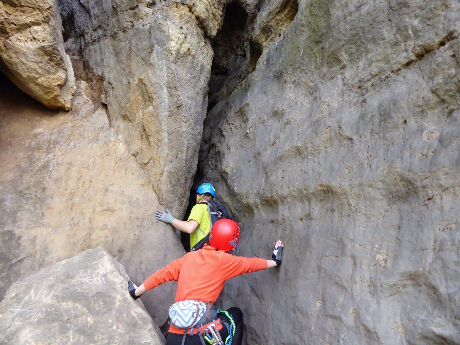 Turyście wchodzą do szczeliny - ferrata w Szwajcarii Saksońskiej
