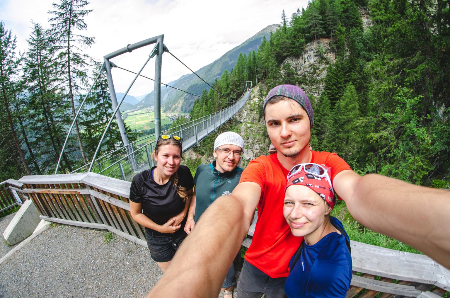 Selfie z mostem wiszącym