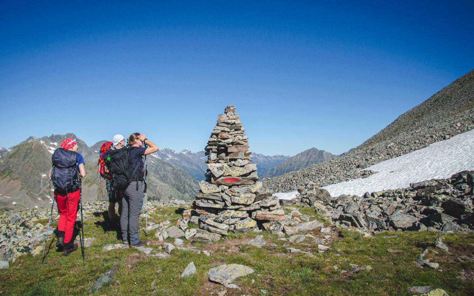 Turyści patrzą w stronę szczytu