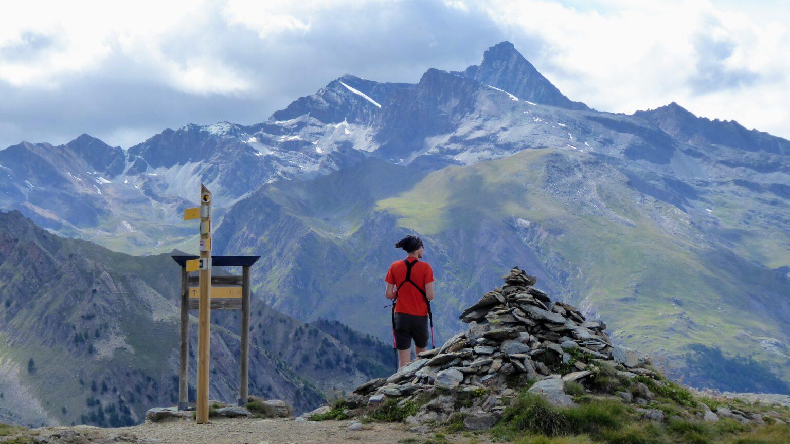 Turysta podziwia widok na włoskie Alpy Graickie - Park Narodowy Gran Paradiso