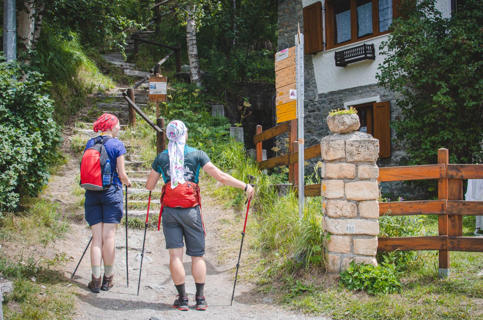 Turyści oglądają szlakowskaz w lillaz