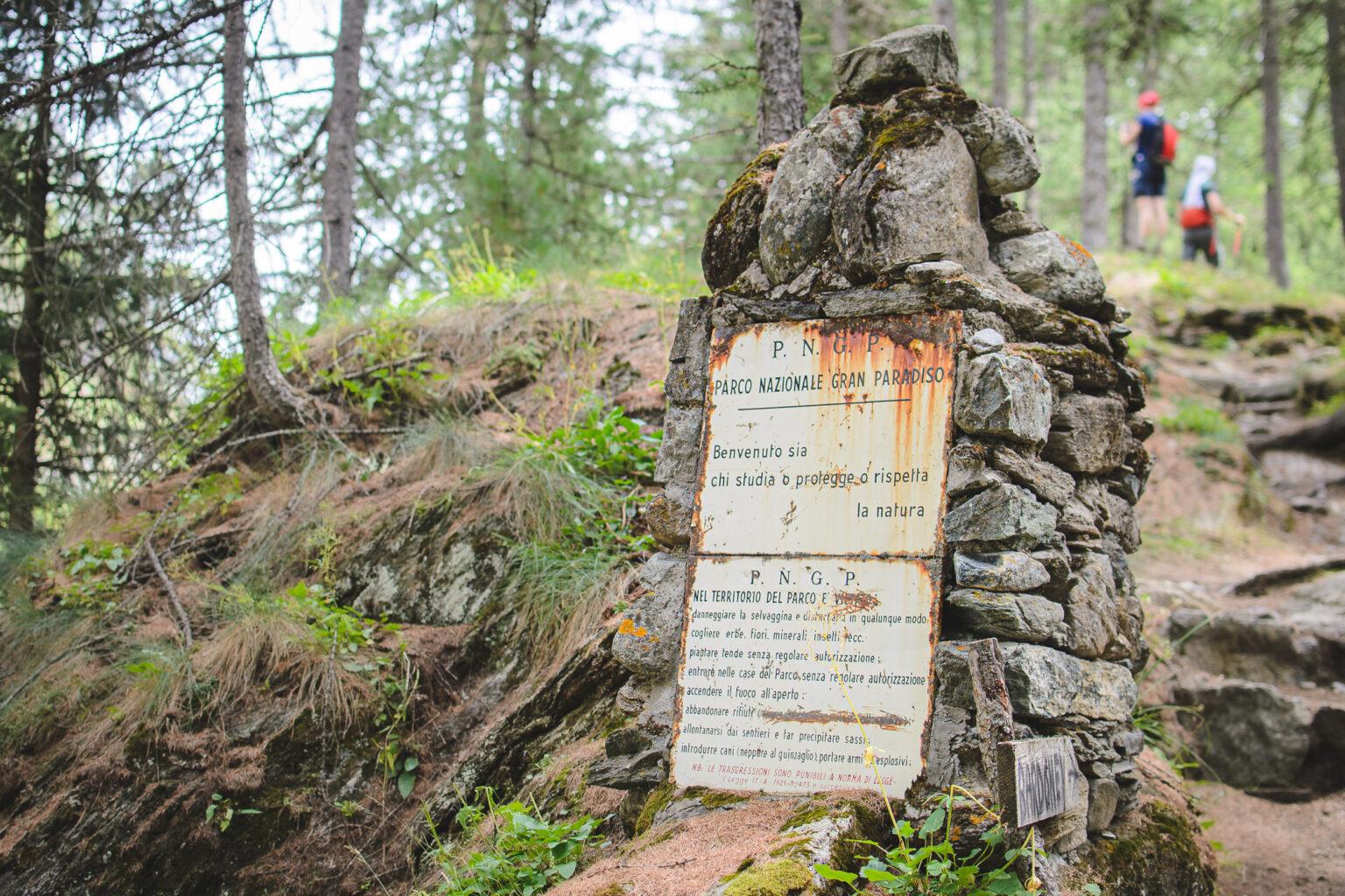Tablica informacyjna Parku Narodowego Gran Paradiso – włoskie Alpy