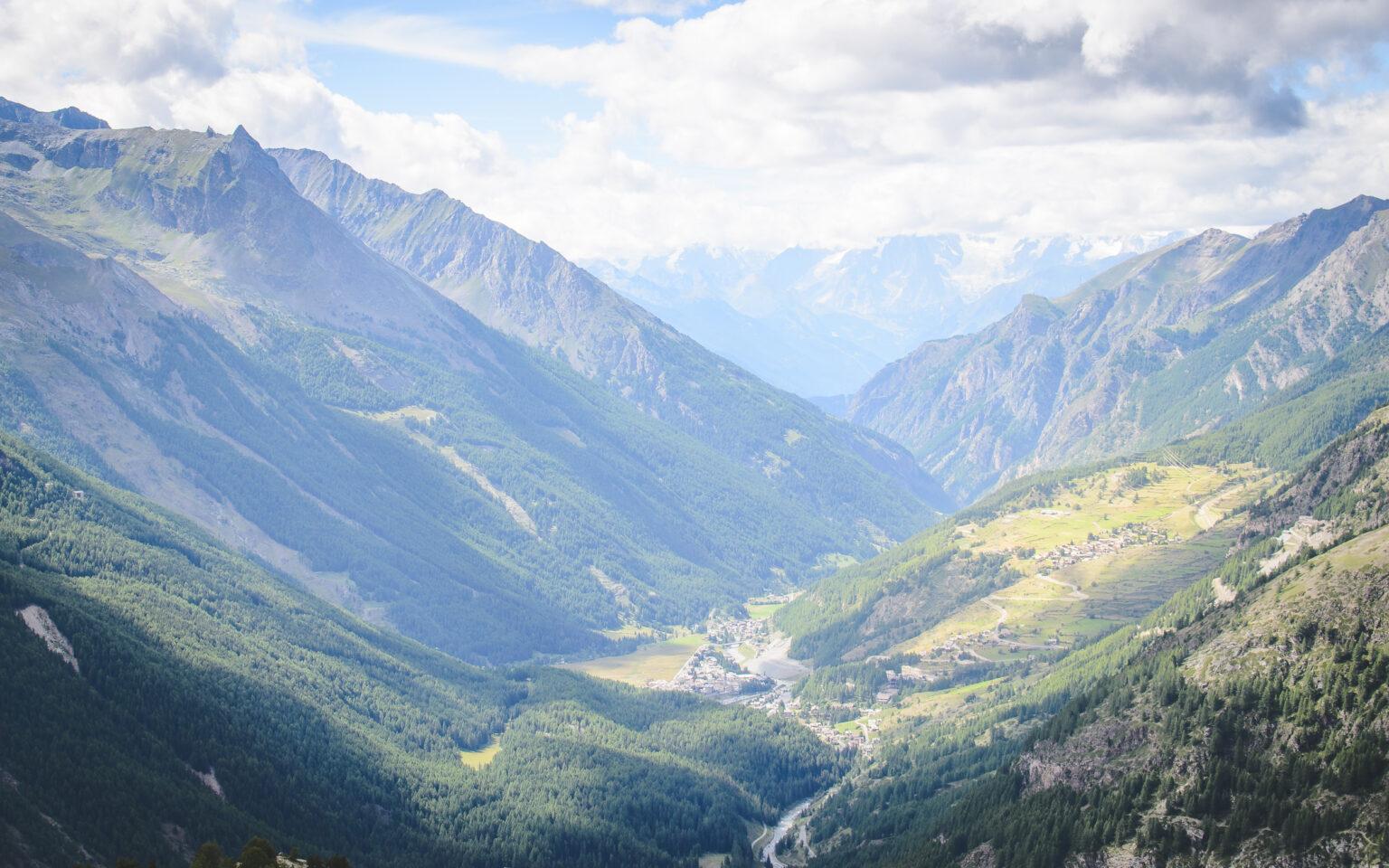 Widok na Dolinę Cogne i Mont Blanc w chmurze - włoskie Alpy Graickie